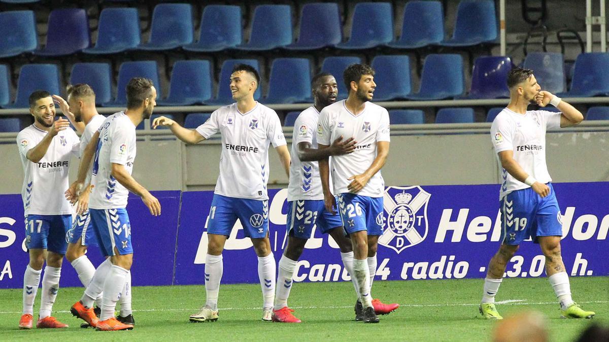 Los jugadores del Tenerife celebran el gol de Fran Sol