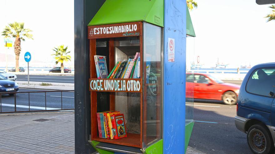Cabina telefónica transformada en biblioteca en la esquina de la avenida Alcalde José Ramírez Bethencourt con la calle Carvajal