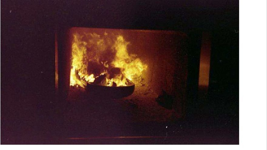 Foto tomada por el extorsionador de un cadáver cremado sobre una tapa de ataúd
