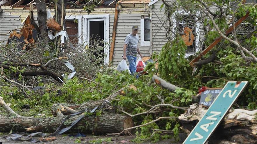Más de 70 tornados en EE.UU. dejan al menos cinco muertos y daños materiales