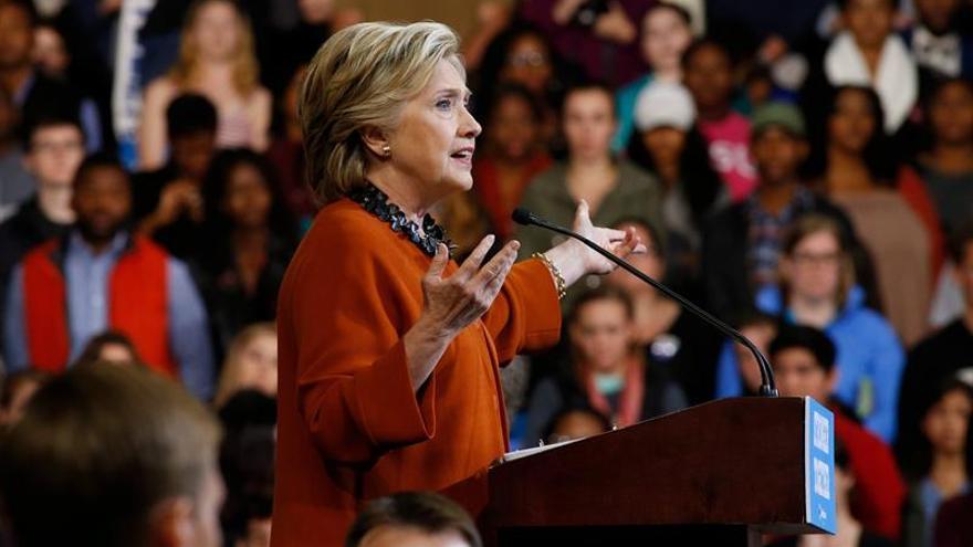 Trump incrementa ataque por los correos y Clinton apela a la normalidad
