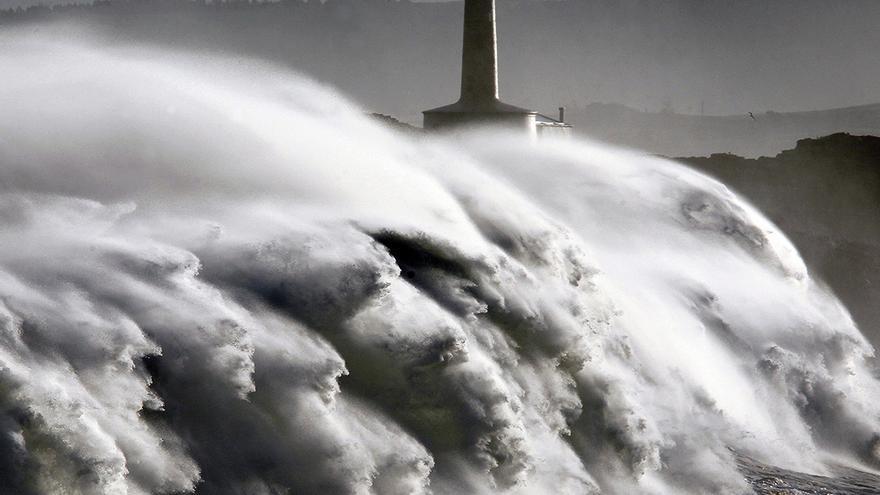 El temporal marítimo de las últimas horas ha provocado olas de más de diez metros en la costa cántabra que ha dejado diversos daños y anegados parques, edificios y vehículos situados junto a la playa de El Sardinero, en Santander y en otros municipios cántabros. En la imagen, un ola rompe frente a la isla de Mouro en la bocana del puerto de Santander. EFE/Esteban Cobo. | ESTEBAN COBO (02/02/2014)
