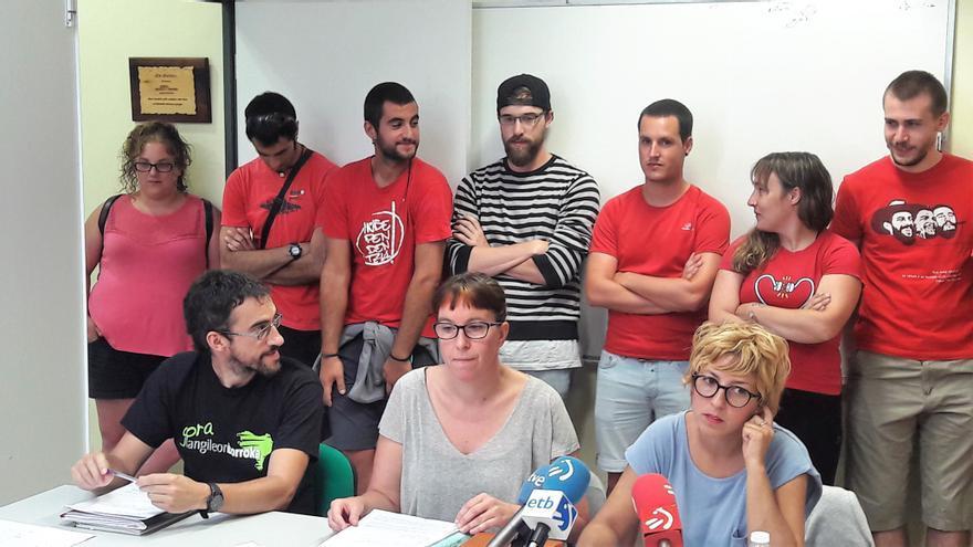 """Los representantes de ELA, LAB y CCOO, arropados por los trabajadores en huelga, han valorado """"muy positivamente"""" el acuerdo."""
