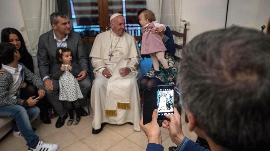El papa Francisco visita a jóvenes que abandonaron el sacerdocio