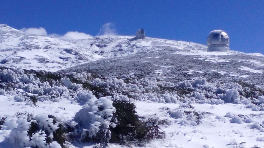 El Roque , este domingo, con el GTC al fondo, muestra una bella estampa invernal. Foto: ANA BEA.