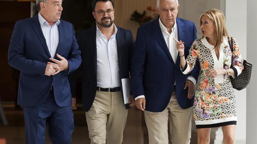 El portavoz del PP en el Senado, José Manuel Barreiro; el vicesecretario nacional, Javier Arenas; el presidente del partido en Canarias, Asier Antona, y la presidenta del PP de Gran Canaria, María Australia Navarro. EFE/Ramón de La Rocha