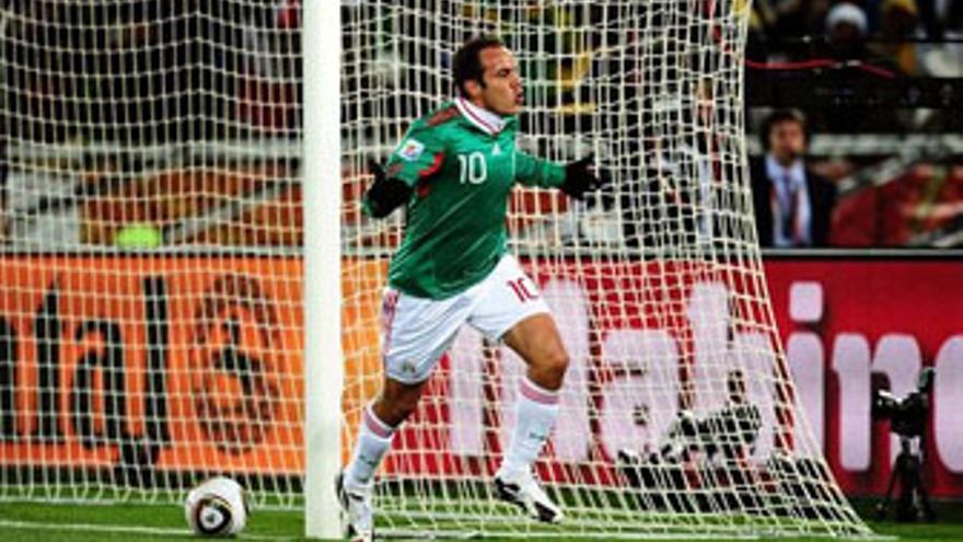Cuauhtemoc Blanco celebra el segundo gol de México, obra suya, de penalti. (EUROPA PRESS)