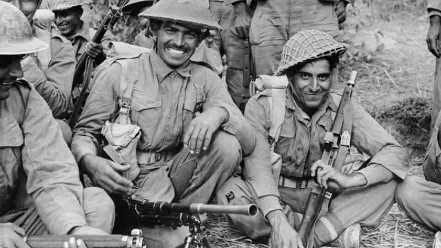 Una sección de la infantería camino de luchar en Birmania durante 1944