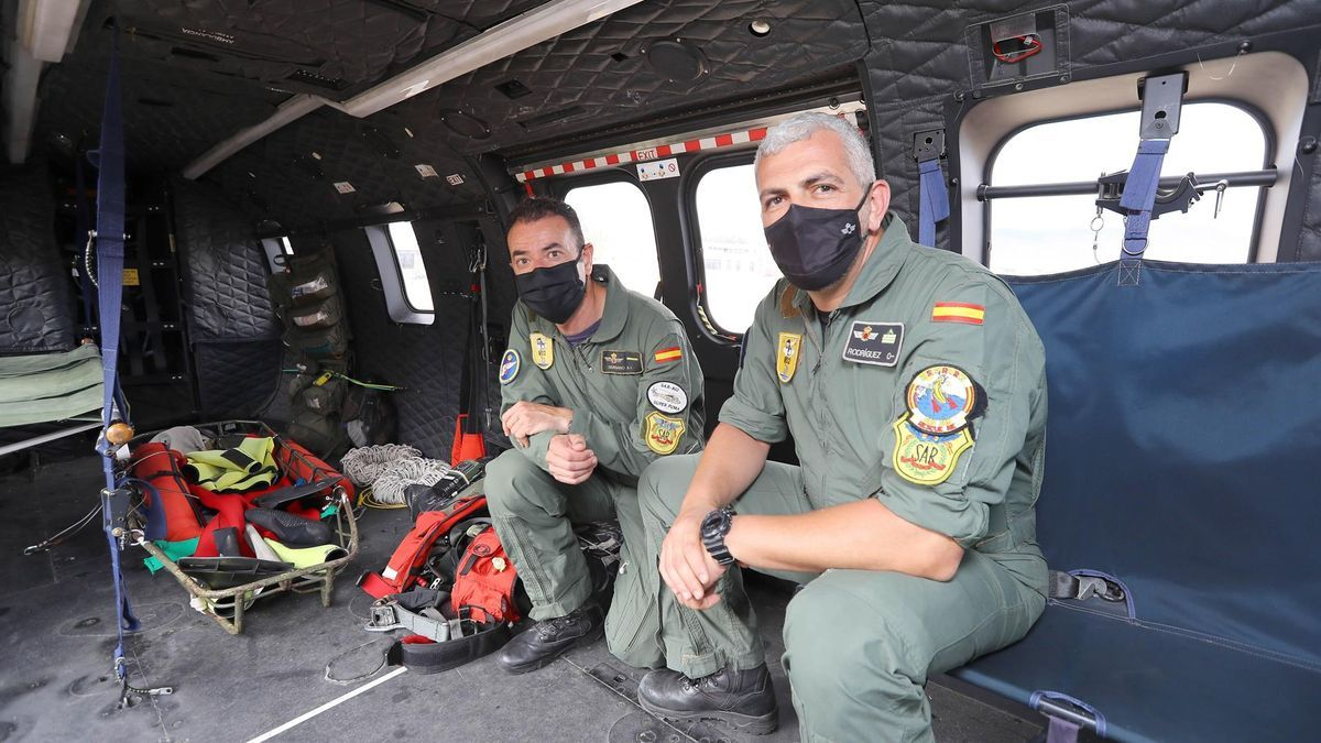 Los dos rescatadores que se descolgaron al cayuco, el sargento primero Fernando Rodríguez (d) y el cabo primero Juan Carlos Serrano (i)
