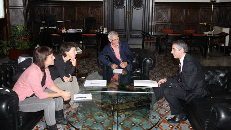 Imagen de la reunión con el director territorial de Caixabank