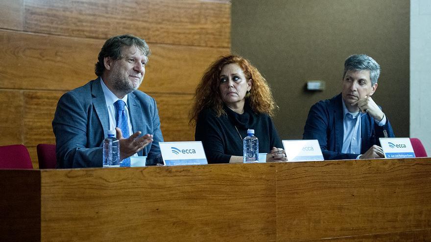 El director titular de radio ECCA, Lucas López; Ángeles Mateo del Pino, directora de la Unidad de Igualdad de la ULPGC; y Juan José Rodríguez Guerra, director del Centro Asociado de la UNED en Las Palmas de Gran Canaria
