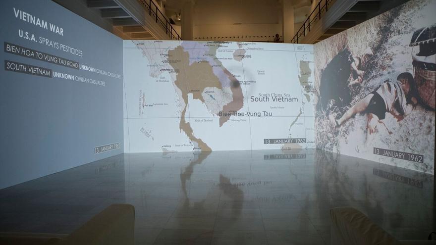 La obra principal de la muestra: 'El rayo que no cesa' (2015), una videoinstalación de tres canales