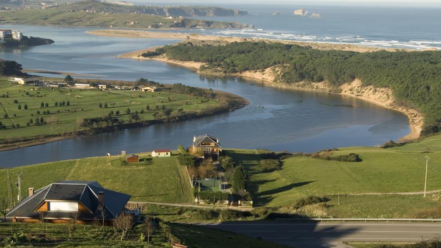 Desembocadura de la Ría de Mogro, en el municipio cántabro de Miengo. |