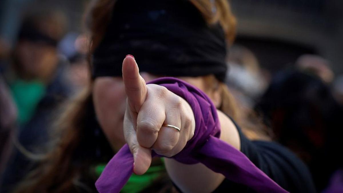 Imagen de archivo de una mujer en una concentración en contra de la violencia machista. EFE/Villar López/Archivo