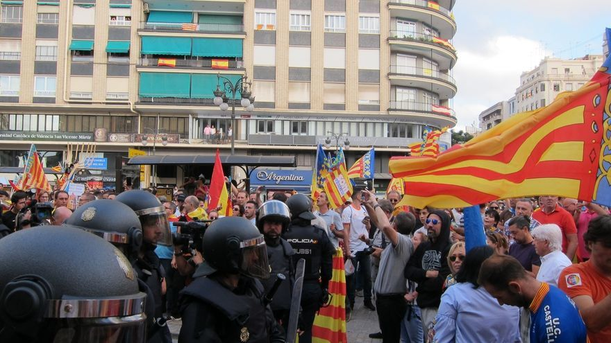 Tensión e incidentes en la manifestación de Valencia del 9 d'Octubre, que cambia el recorrido bajo protección policial
