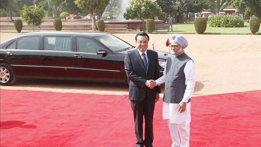 Los jefes de gobierno indio y chino conversan sobre la frontera y la economía