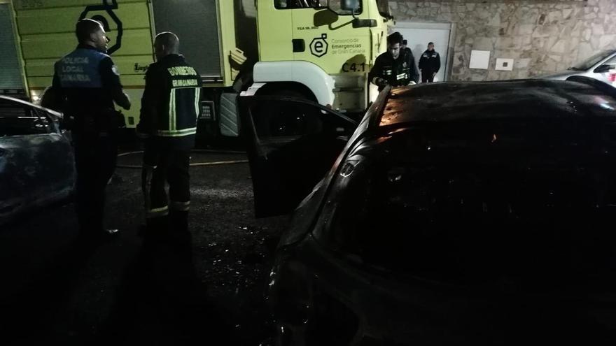 Siete coches y una moto quedan calcinados tras un incendio en Las Palmas de Gran Canaria