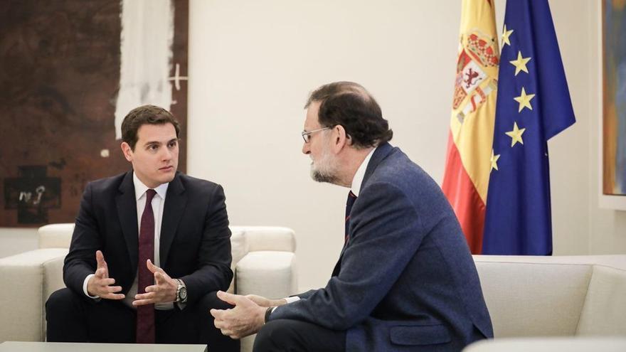 Rajoy garantiza a Rivera que actuará si se comete una ilegalidad en Cataluña y se compromete a estudiar sus propuestas