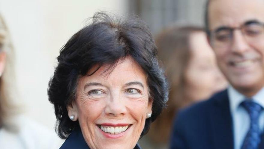 La ministra de Educación y Formación Profesional, además de portavoz del Gobierno en funciones, Isabel Celaá, este martes, a su llegada a la Universidad de Sevilla con motivo de la inauguración de la XVII Asamblea de Decanos y Directores de Educación.