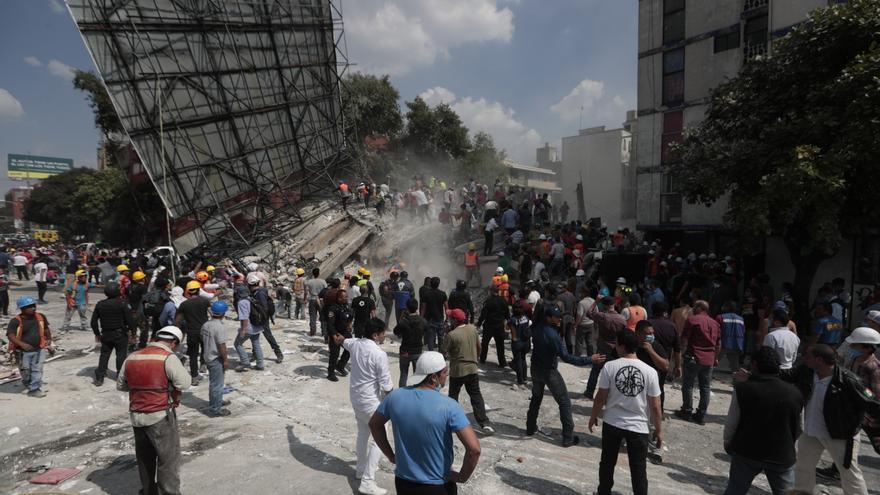 Trabajadores de rescate y voluntarios buscan supervivientes en un edificio colapsado  en Ciudad de México después del terremoto.
