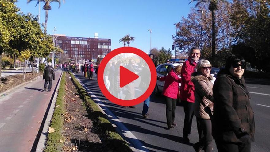Cadena humana de los afectados por la Hepatitis C en Córdoba que piden los nuevos fármacos para todos los enfermos. (Foto. Afectados Hepatitis C Córdoba)