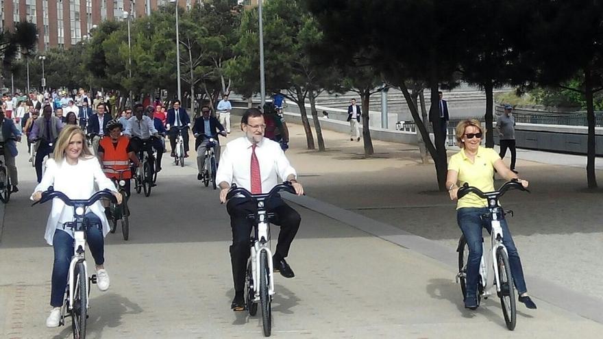 Rajoy hace campaña con Cifuentes y Aguirre montando en bici por el Manzanares