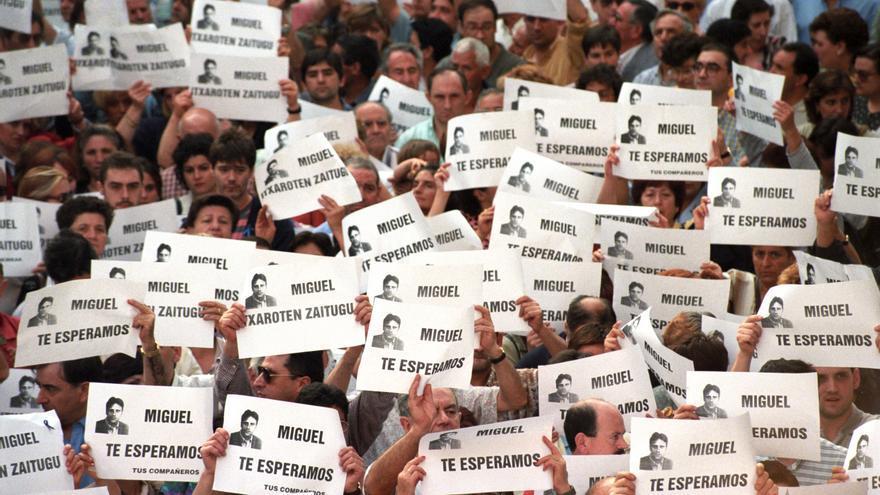 Miles de personas se manifiestan en Ermua para pedir la libertad de Miguel Angel Blanco durante su secuestro el 11 de julio de 1997.