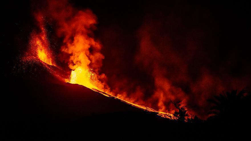 Coladas de lava en La Palma en la madrugada de este martes.