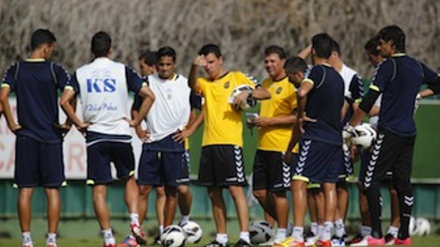 Lobera da indicaciones a los jugadores en un entrenamiento de Barranco Seco. (udlaspalmas.es)