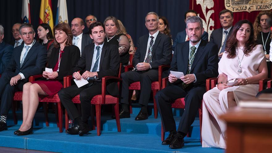 Pedro Casares (PSOE) y Javier Ceruti (Cs) separados por el pasillo durante la constitución de la Corporación municipal de Santander.   JOAQUÍN GÓMEZ SASTRE