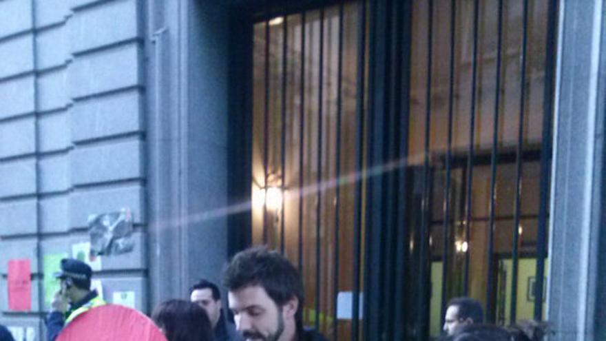 Lectura del panfleto #InformaAlPP en la puerta del portal del ministro de Justicia, Alberto Ruiz-Gallardón. / @PAH_Madrid