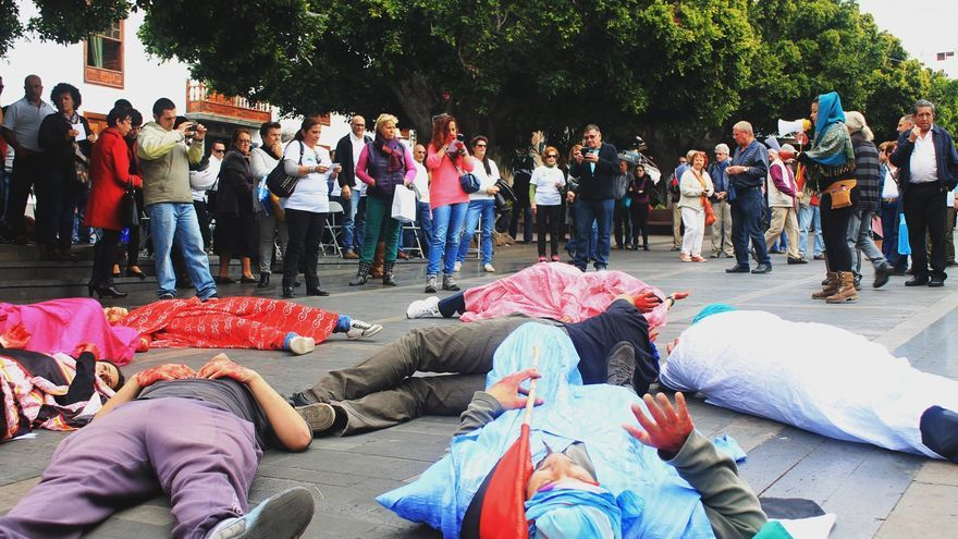 En la imagen, performance en apoyo al activistasaharaui Hassana Aalia.
