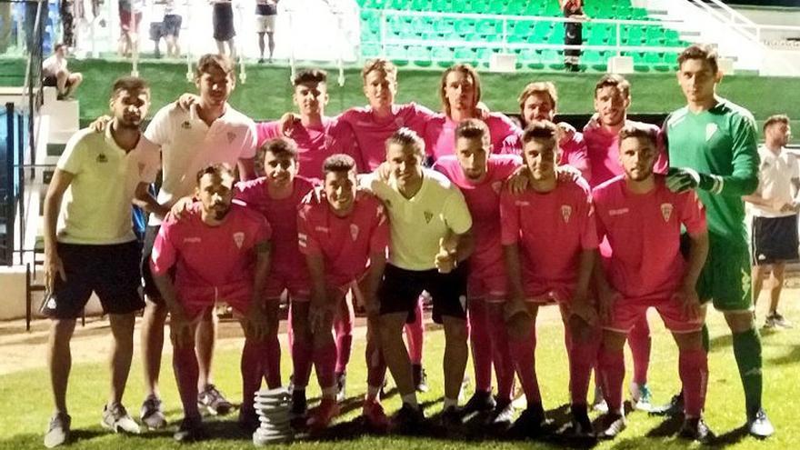 Los jugadores del Córdoba B tras ganar el trofeo Ciudad del Torcal   CÓRDOBA CF