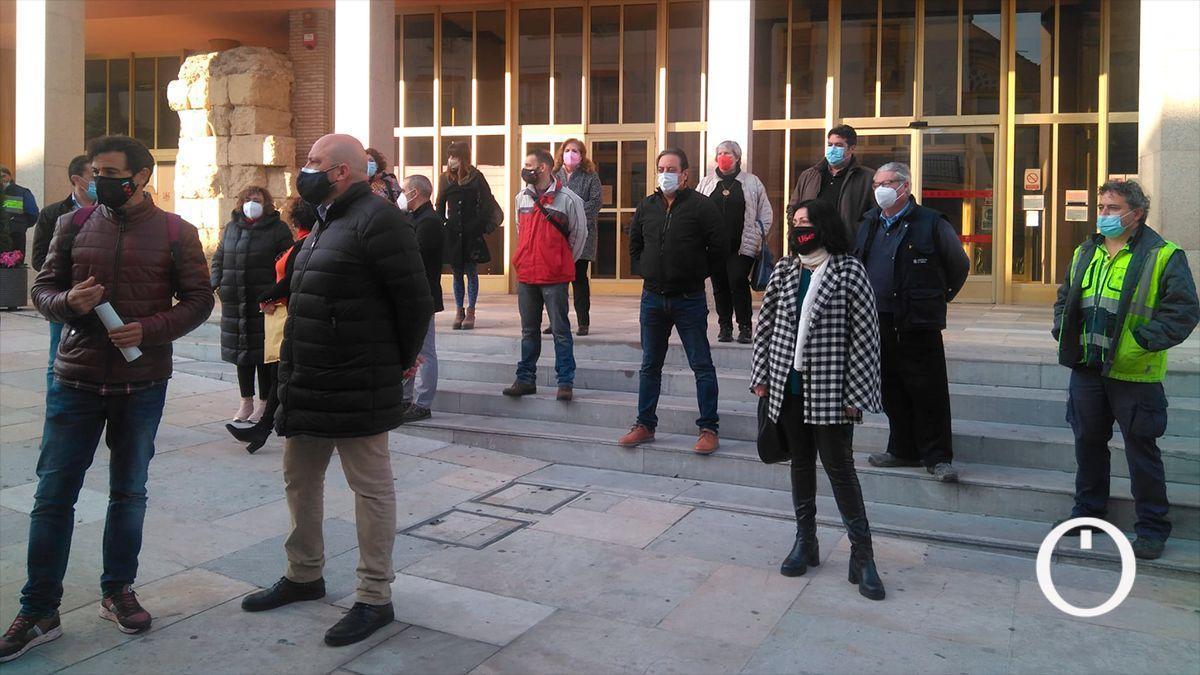 Miembros del comité de empresa del Ayuntamiento se concentran en la puerta.