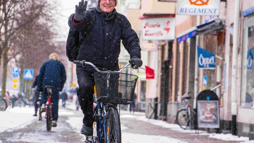 Un hombre se desplaza en bicicleta en Malmö (Suecia)