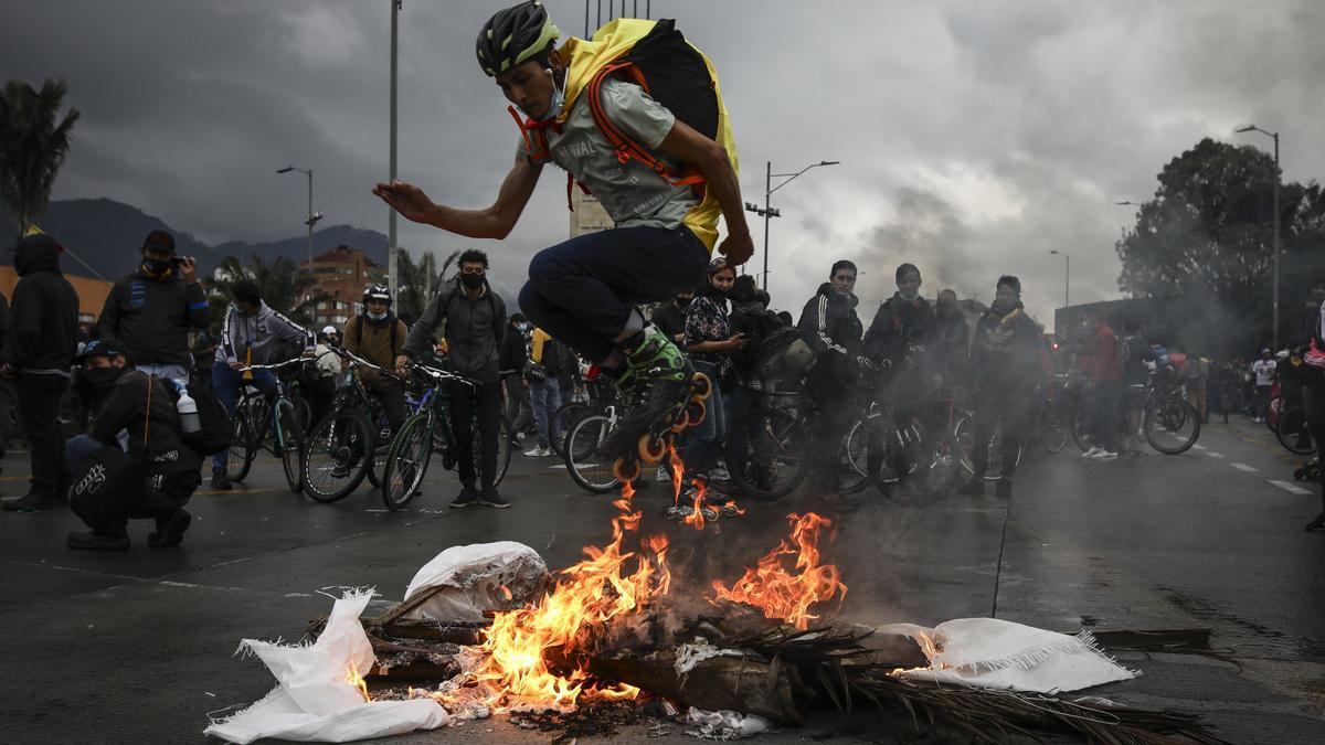 Varios manifestantes durante las protestas en Colombia por las reformas del presidente Duque.
