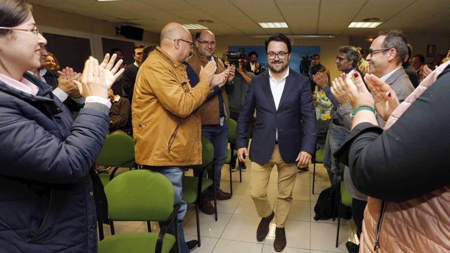 Varios dirigentes y militantes del Partido Popular felicitan al presidente del PP de Canarias, Asier Antona (c), a su llegada a la sede de la capital grancanaria