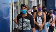 Un grupo de personas hacen fila para ingresar a una tienda en Santo Domingo (República Dominicana).