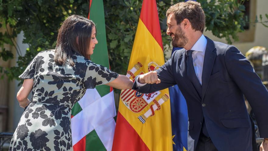 La presidenta de Ciudadanos, Inés Arrimadas; y el presidente del PP, Pablo Casado, se saludan con el codo en el acto central de campaña vasca de la coalición PP+Cs