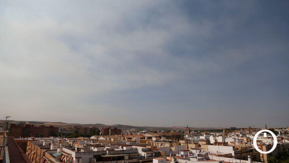 El humo del grave incendio en Sierra Bermeja llega a Córdoba