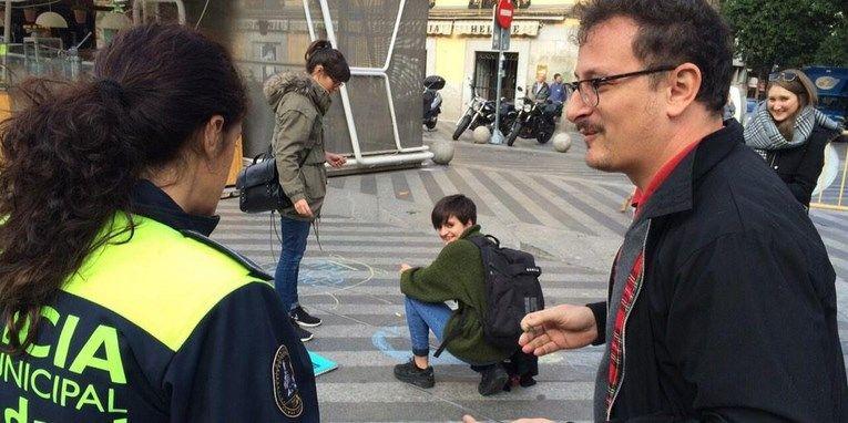 Momento en el que la Policía critica las pintadas de Puño, a la derecha