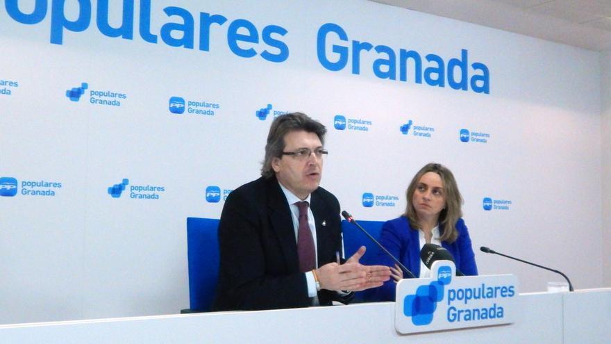 José Torrente junto con Marifrán Carazo en la sede del PP de Granada