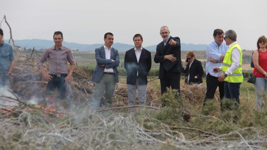 Emiliano García-Page en las pruebas de productos no contaminantes que actúan como retardantes contra el fuego