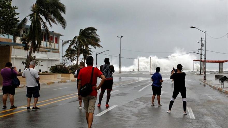 La Habana amanece con su emblemático Malecón anegado por la furia del huracán Irma