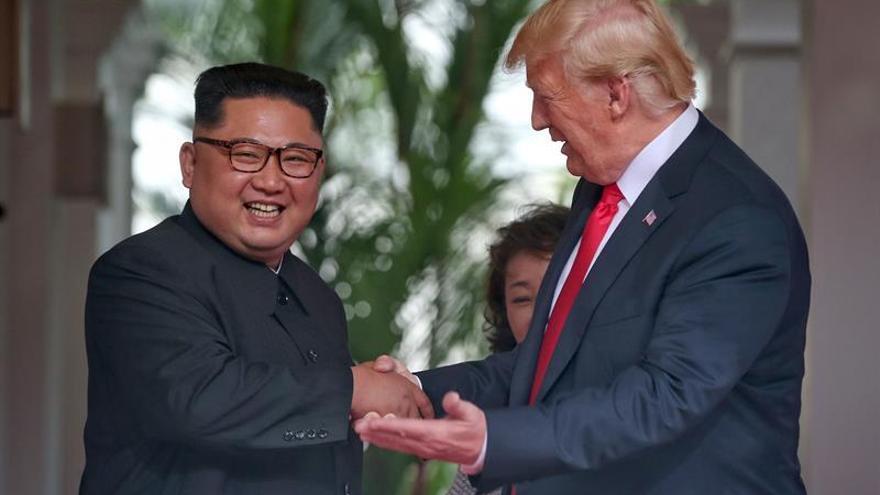 La cumbre entre Trump y Kim Jong-un comienza con un apretón de manos