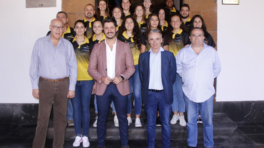 Imagen del acto de recepción al CV Aguere en el Ayuntamiento.