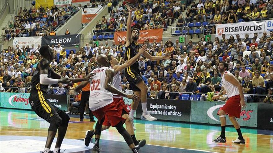 Javier Beirán entra a canasta ante los jugadores del Retabet Bilbao Basket