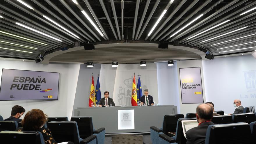 El ministro de Sanidad, Salvador Illa (i), y el ministro del Interior, Fernando Grande-Marlaska (d), ofrecen una rueda de prensa posterior al Consejo de Ministros. EFE/Rodrigo Jiménez