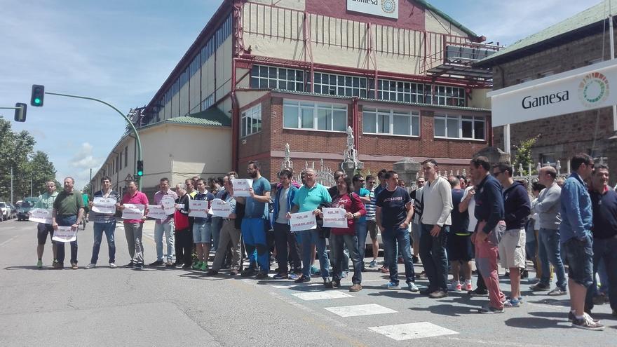 La práctica totalidad de la plantilla secunda la concentración en la fábrica de Gamesa en Reinosa, según los sindicatos