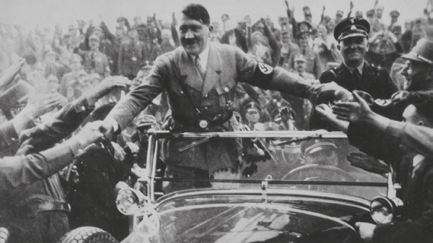Hitler paseando en un coche. EFE/Foto cedida